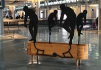 """Serralves no Aeroporto do Porto com """"Bending, 1989"""" de Juan Muñoz"""