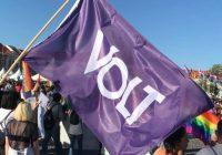 """""""VOLT"""", o mais recente partido português, está aí! O que defende? Quais são as suas linhas programáticas? O dirigente João Pessanha dá as respostas, tudo num contexto europeísta que valoriza a diversidade e onde o """"federalismo"""" é a… """"pedra de toque"""""""