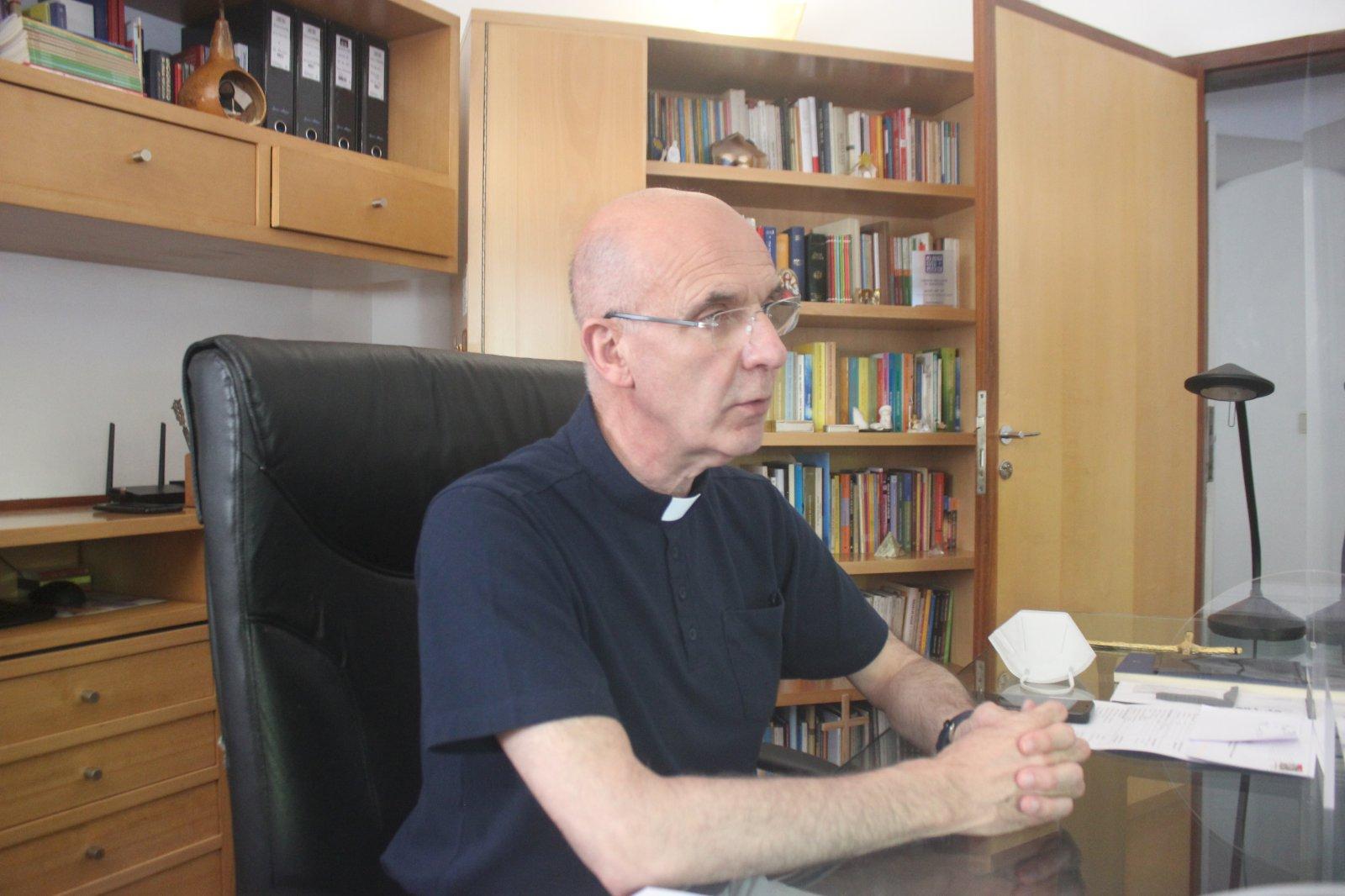 """A """"Porta Solidária"""" serviu, só no primeiro semestre de 2021, mais de 73 mil refeições! O decrescente número de voluntários e de ofertas preocupam, agora, o padre Rubens Marques…"""